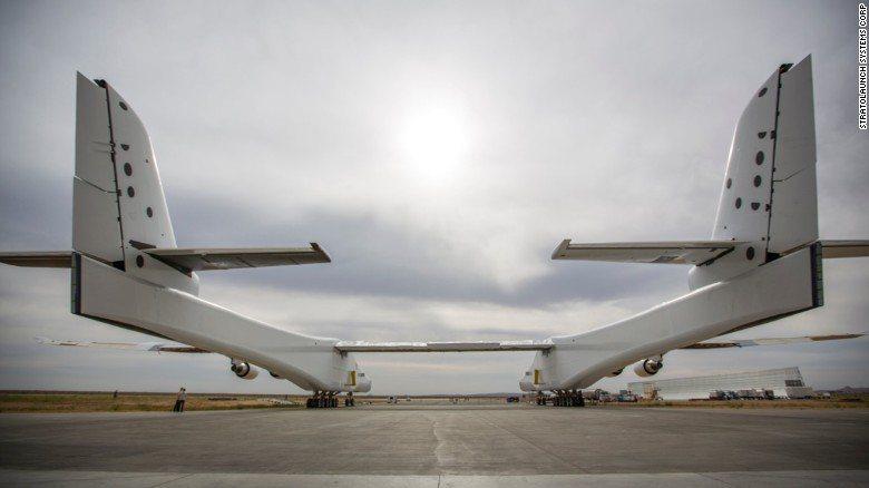 從後方看「大鵬」,雙機身的曲線優美。 圖/取自CNN