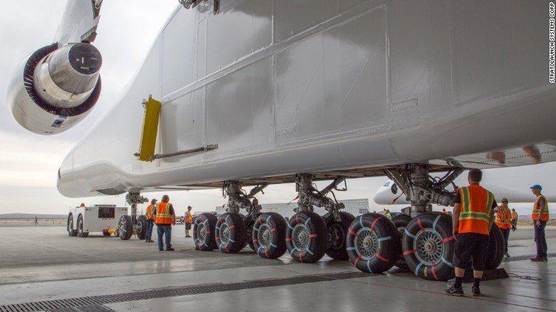 「大鵬」使用6具波音747同型號的引擎,圖為起落架部分。 圖/取自CNN
