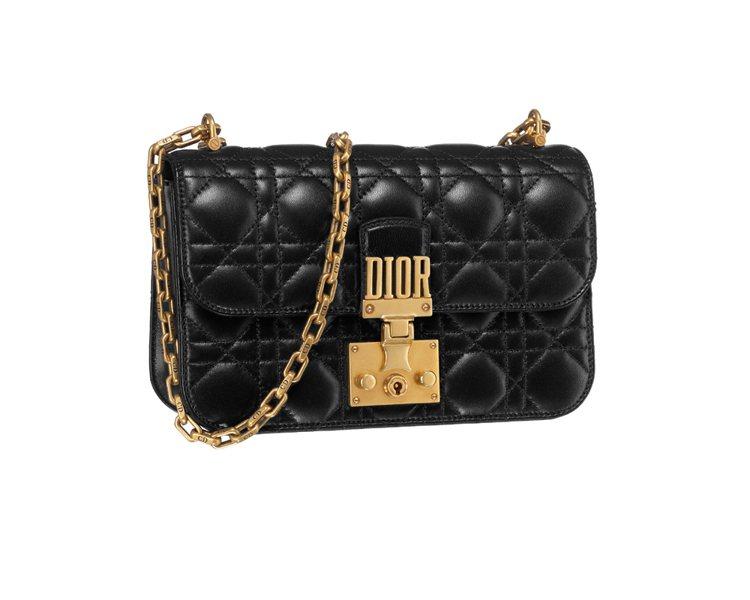 Dioraddict黑色小羊皮籐格紋中型鍊帶包,售價100,000元。圖/DIO...