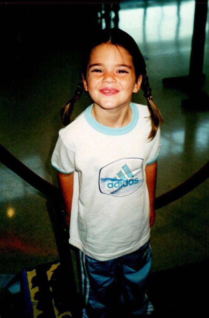 Kendall Jenner在臉書曾貼上兒時穿上adidas運動服的照片。圖/摘...