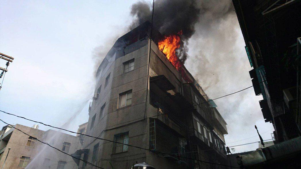士林社子公寓傳火警 頂樓起火疑電器引發
