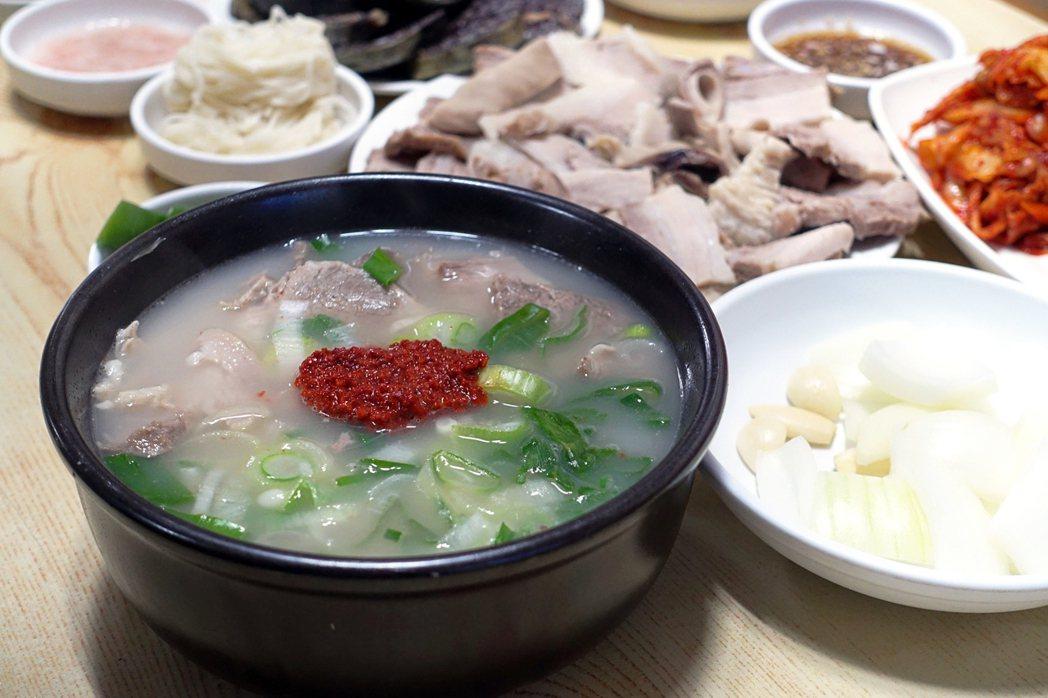 電影裡一碗碗熱騰騰的豬肉湯飯,有著不變的味道,雖然平凡,卻是一種溫柔並堅持的守候...