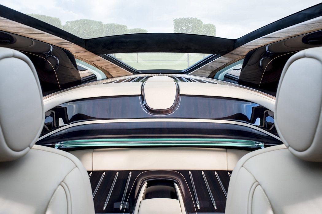 代替後排座椅,由木質材料打造的寬敞區域,也是全車唯一可看到車名 Sweptail的地方。圖/Rolls-Royce提供