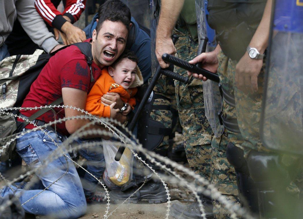 毫無疑問,這是一場歐洲的「强拆」, 被「强拆」的難民們必須在限定時間內坐上警方提...