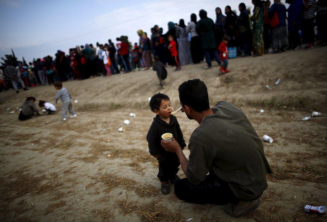 我們買不到食品,也不好意思找難民們要,因爲他們所擁有的一點可憐的食物,都是每天排...