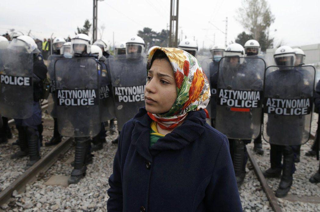 成百上千荷槍實彈的警察和軍人魚貫而入,將難民們團團圍住。 圖/路透社