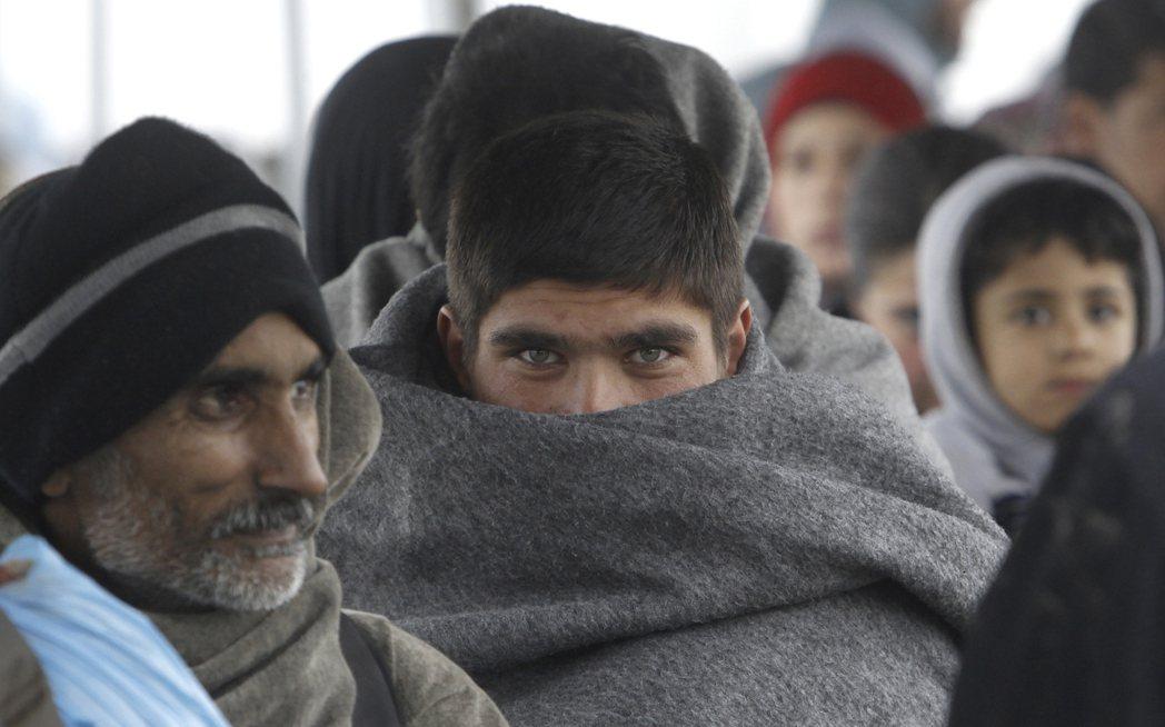 最後,我們成功地僞裝成了阿富汗難民——反正在歐洲人的眼裏,中國人和阿富汗人長得也...