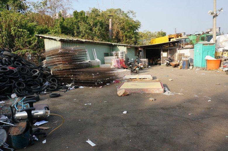 嘉義市臨時流浪動物收容所是位在環保局停車場內的臨時搭建老舊鐵皮屋,環境簡陋。 圖...