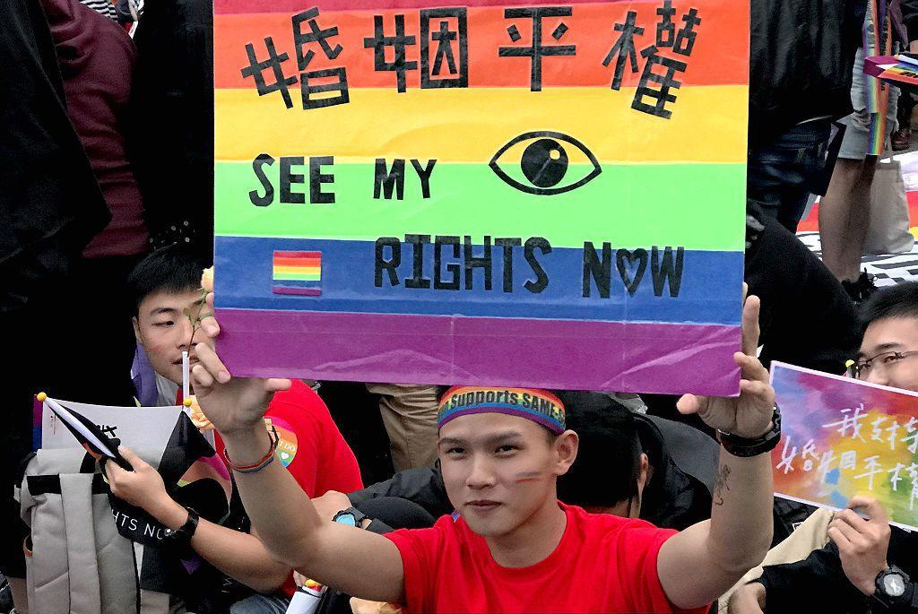 若從普通法和特別法的關係來思考專法,前提就必須要肯認同性婚姻和異性婚姻是「不一樣」,然在大法官的釋字中,同性婚姻和異性婚姻「不應該不一樣」。 圖/路透社