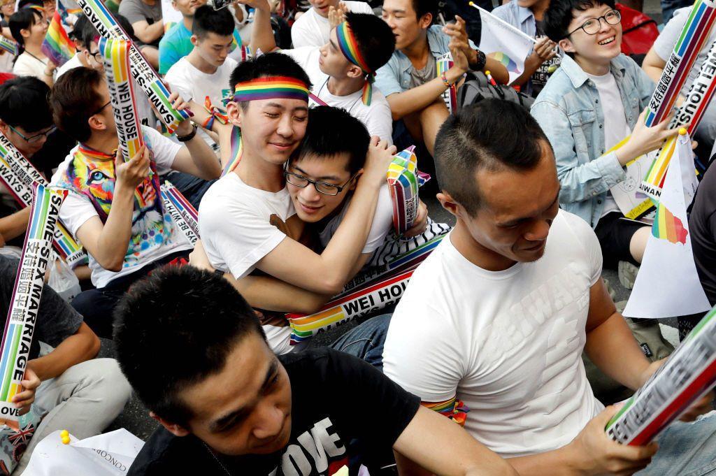雖然同性婚姻在婚姻章以外的部分,仍有些許的差異,然而與異性婚姻在「婚姻」上並沒有不同,故不等同於要立所謂同性伴侶法。 圖/路透社