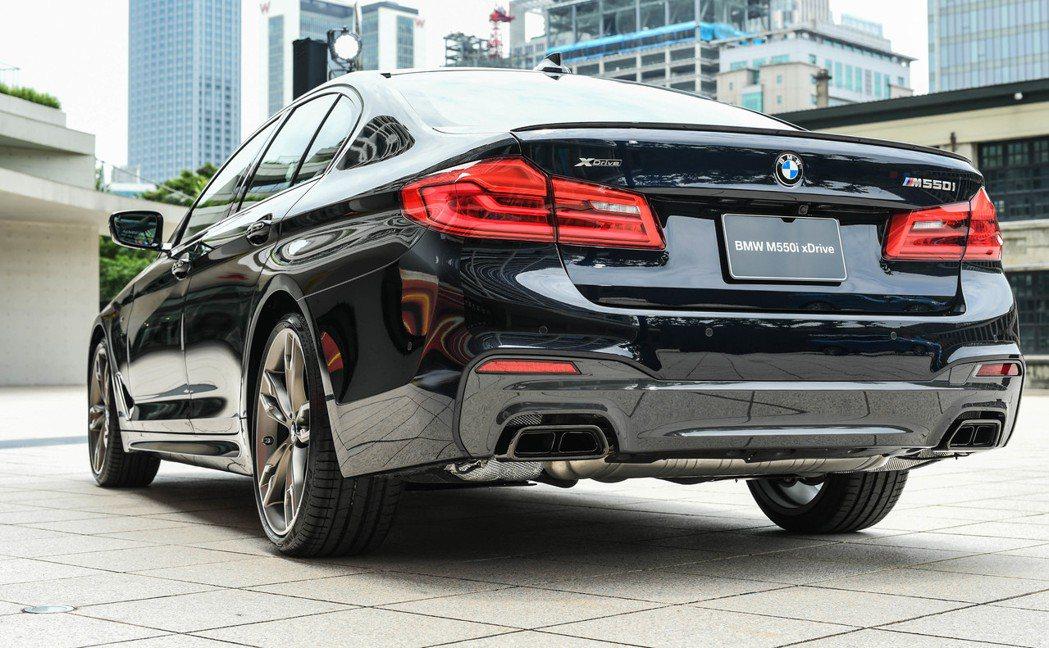 全新BMW M550i xDrive搭載黑色高光澤材質的雙邊雙出矩形排氣尾管。 圖/汎德提供