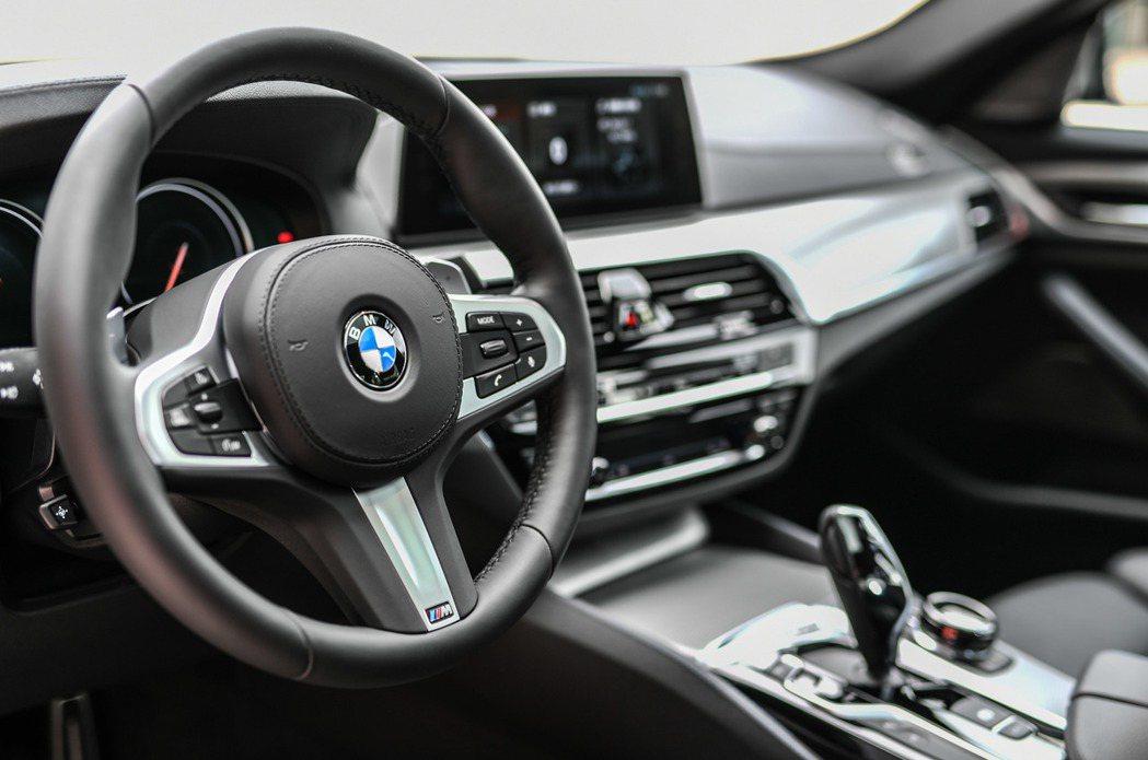 全新BMW M550i xDrive搭載M款真皮多功能方向盤。 圖/汎德提供