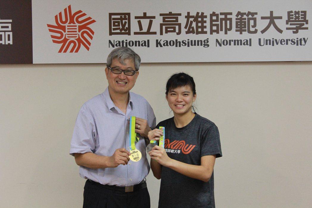 高師大蔡品誼,以運動克服障礙獲全運會金牌,校長吳連賞親自頒獎表揚。 高師大/提供