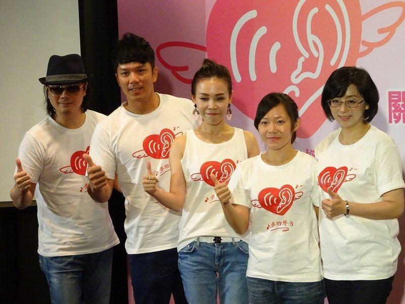 陳建寧(左起)、周思齊、彭佳慧、聽奧定向越野選手吳思穎、PSA慈善基金會董事長陳