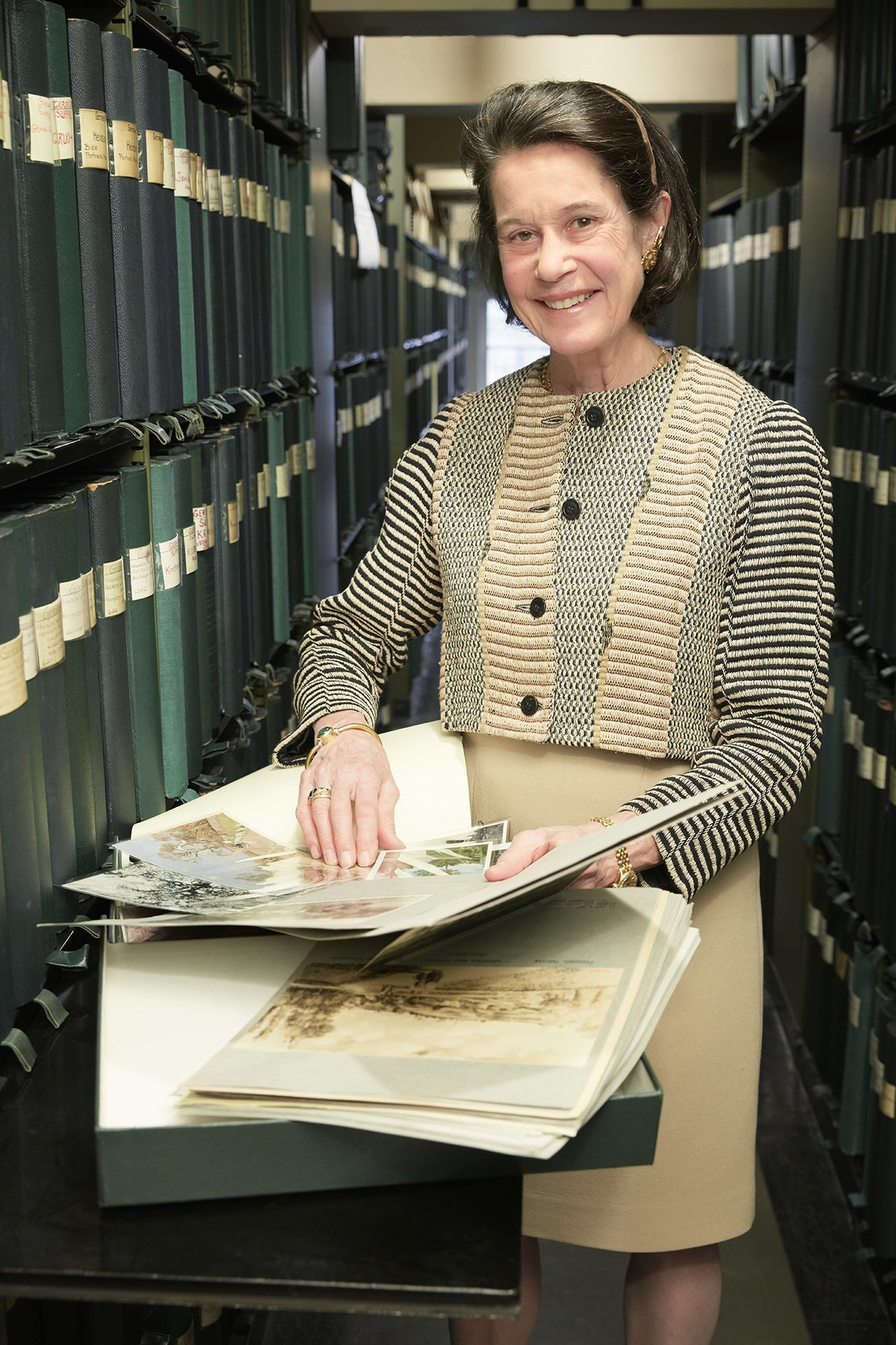 佛里克家族美術館主任英奇瑞斯特(Inge Reist)及身邊2萬箱影像資料素材。...