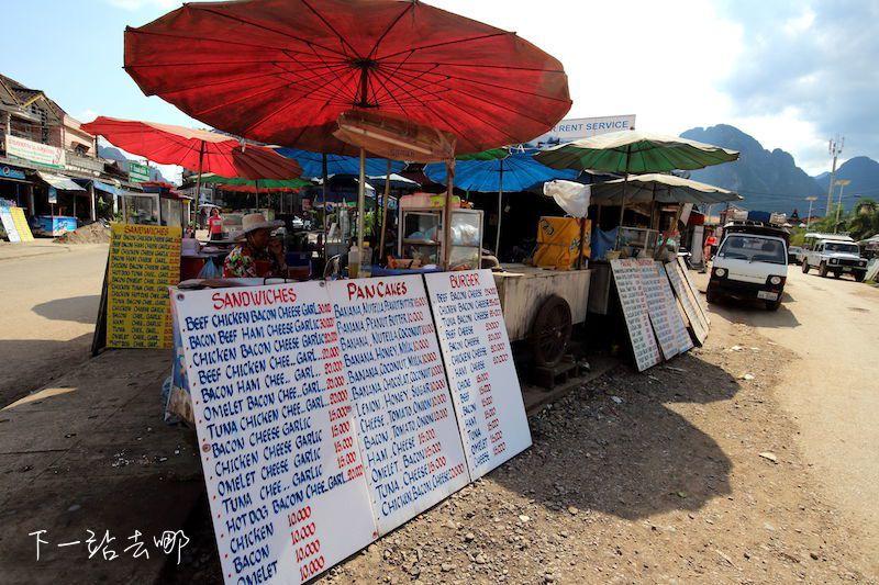路旁小吃攤販賣的是西式餐點。 賴勳毅/攝影