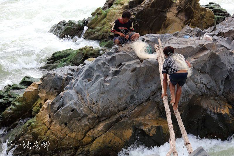 簡陋的獨木橋。 賴勳毅/攝影
