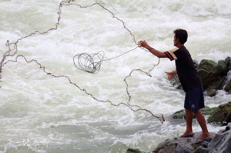 當地人仍用傳統撒網方式捕魚。 賴勳毅/攝影