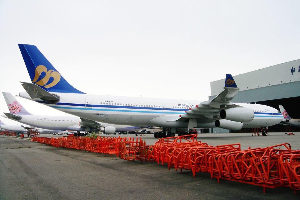 一度改漆上華信塗裝的華航B-18851號A340,擁有「向波音租來的空中巴士」特...