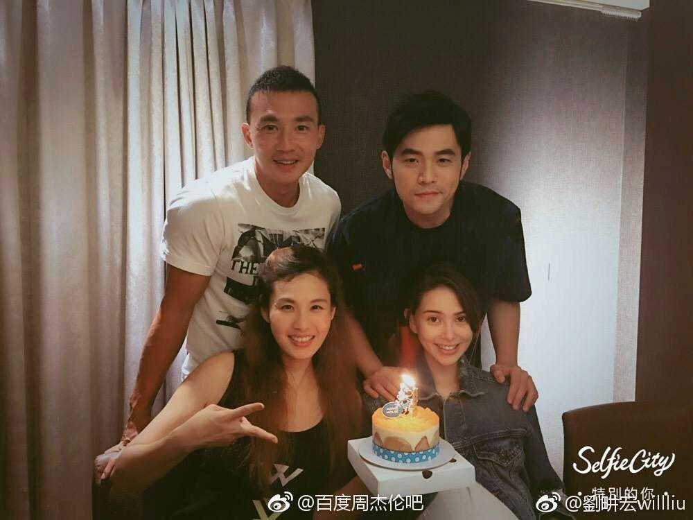劉&#30026宏(後左起)、周杰倫、昆凌及王婉霏兩對夫妻合影。圖/摘自微博