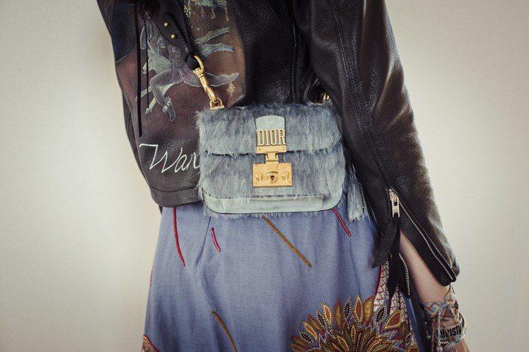2018早春度假系列中的Dioraddict包款運用羽飾串聯古老文化與現代時尚。...