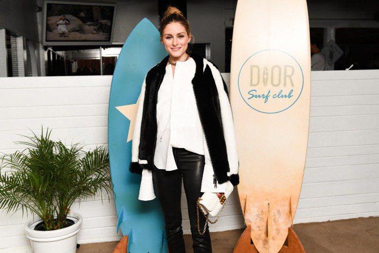 奧莉薇亞巴勒莫以白色Dioraddict包款穿出貴氣時髦感。圖/DIOR提供