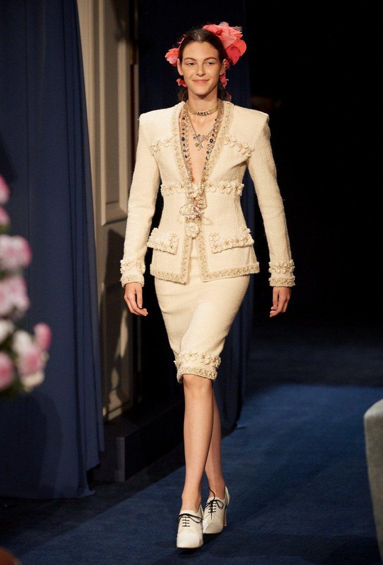 2016/17巴黎大都會工坊系列透過全新打造的服裝重現巴黎麗池酒店輝煌年代氛圍。...