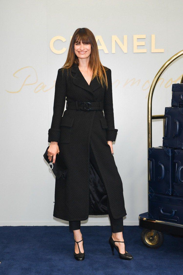 卡洛琳德麥格雷特穿著香奈兒2017/18秋冬高級時裝前導系列服裝到場看秀。圖/香...