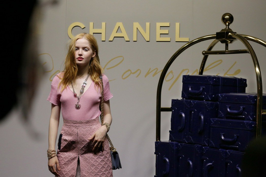 艾莉班柏穿著香奈兒2017春夏高級時裝系列服裝到場看秀。圖/香奈兒提供