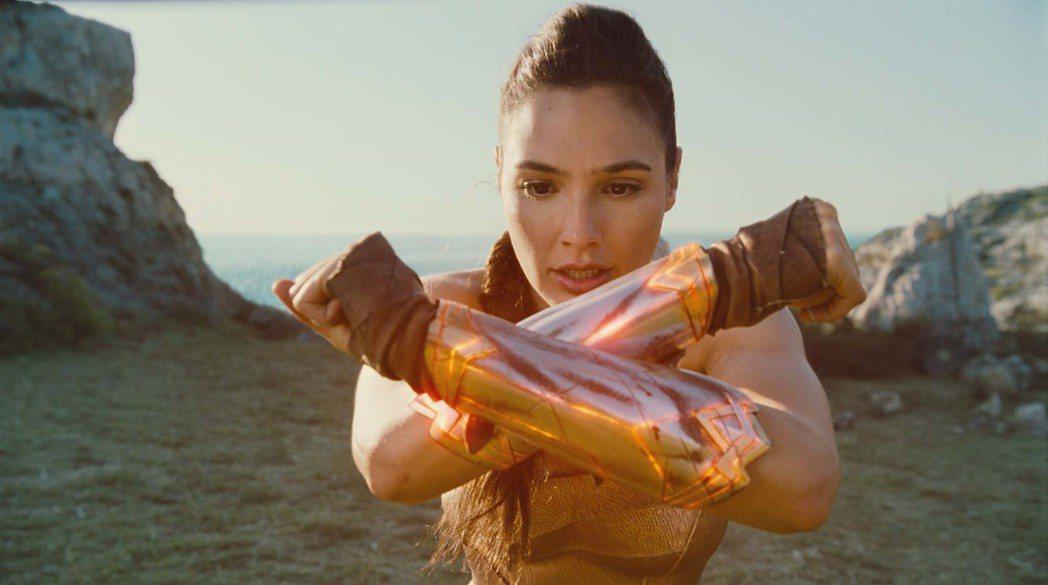 蓋兒加朵在「神力女超人」裡面挑戰許多高難度動作。圖/華納兄弟提供