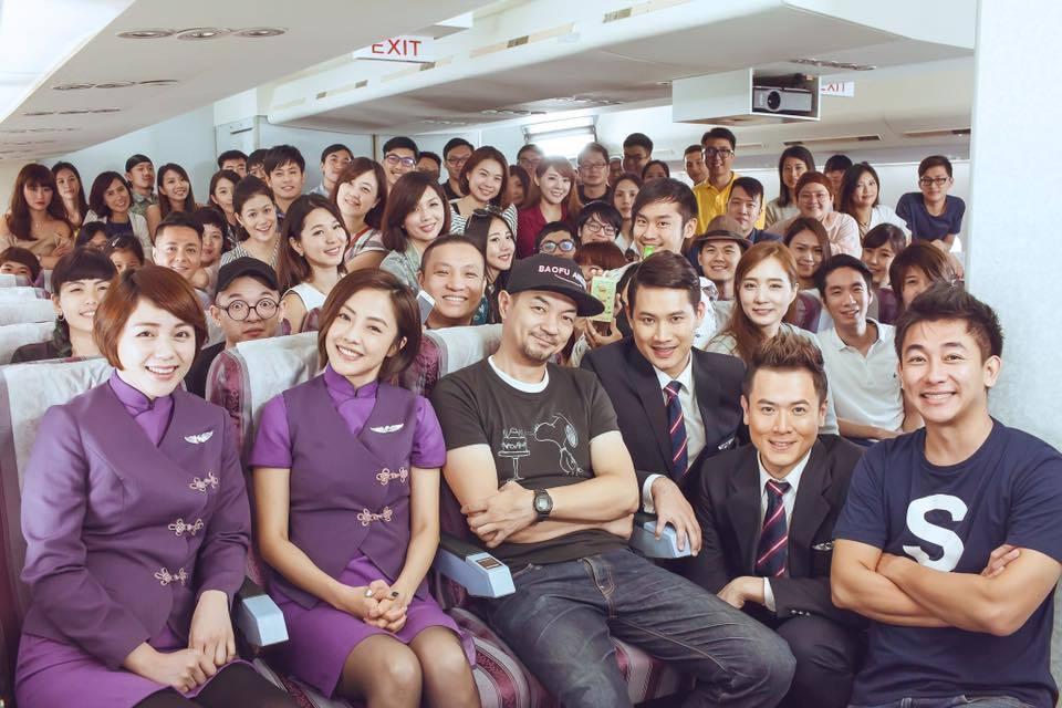 小8(前左二)演了8個月的「空姐忙什麼」演出知名度,背後的乘客都是粉絲、素人來客...