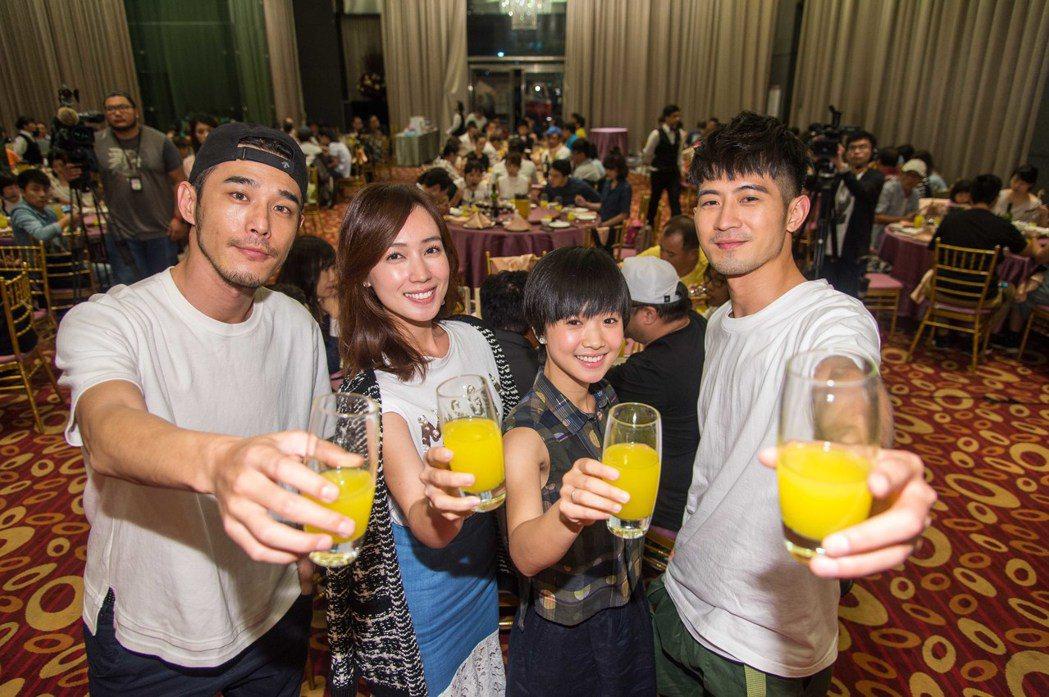 黃騰浩(左起)、小薰、嚴正嵐、簡宏霖出席「只為你停留」殺青宴。圖/三立提供