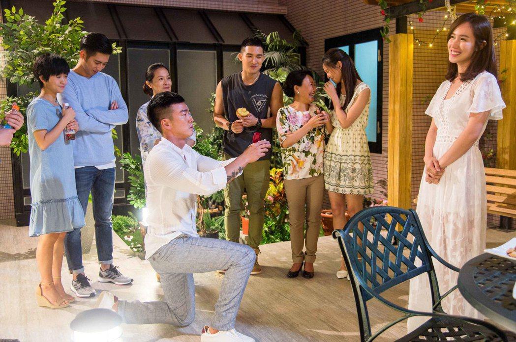 李沛旭(前排左)將在完結篇上演求婚戲碼。圖/三立提供