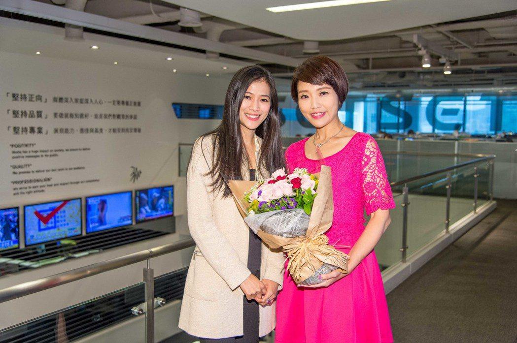李文儀(左)加入三立,獲得李天怡獻花。圖/三立電視台提供