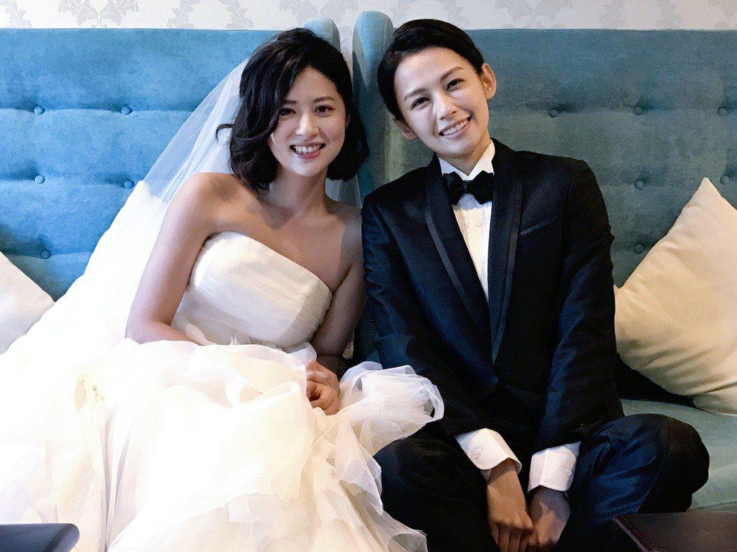 林予晞還披上美麗的婚紗,而袁艾菲意外選擇穿著「西裝」,以真命天子的形象現身,這場