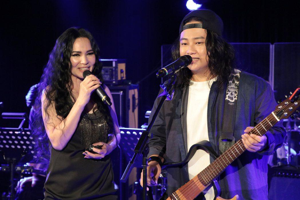 賴銘偉(右)與潘越雲合唱「情字這條路」。圖/星耀藝能提供