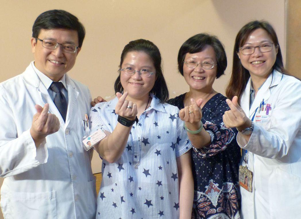 洪于涵(左二)在醫護和家人支持下,樂觀面對人生,她說「活著就有希望!」右二是她的...