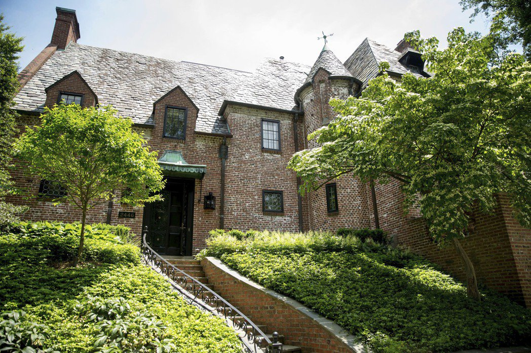 美前總統奧巴馬此次購買的豪宅位於華府高檔社區卡洛拉馬,該社區可謂是眾星雲集。(美...