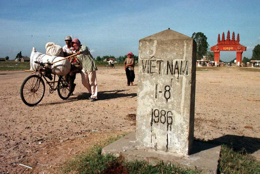 和中國與越南間的愛憎千年史相比,柬埔寨與越南間的歷史拔河較不知名。圖為1999年...