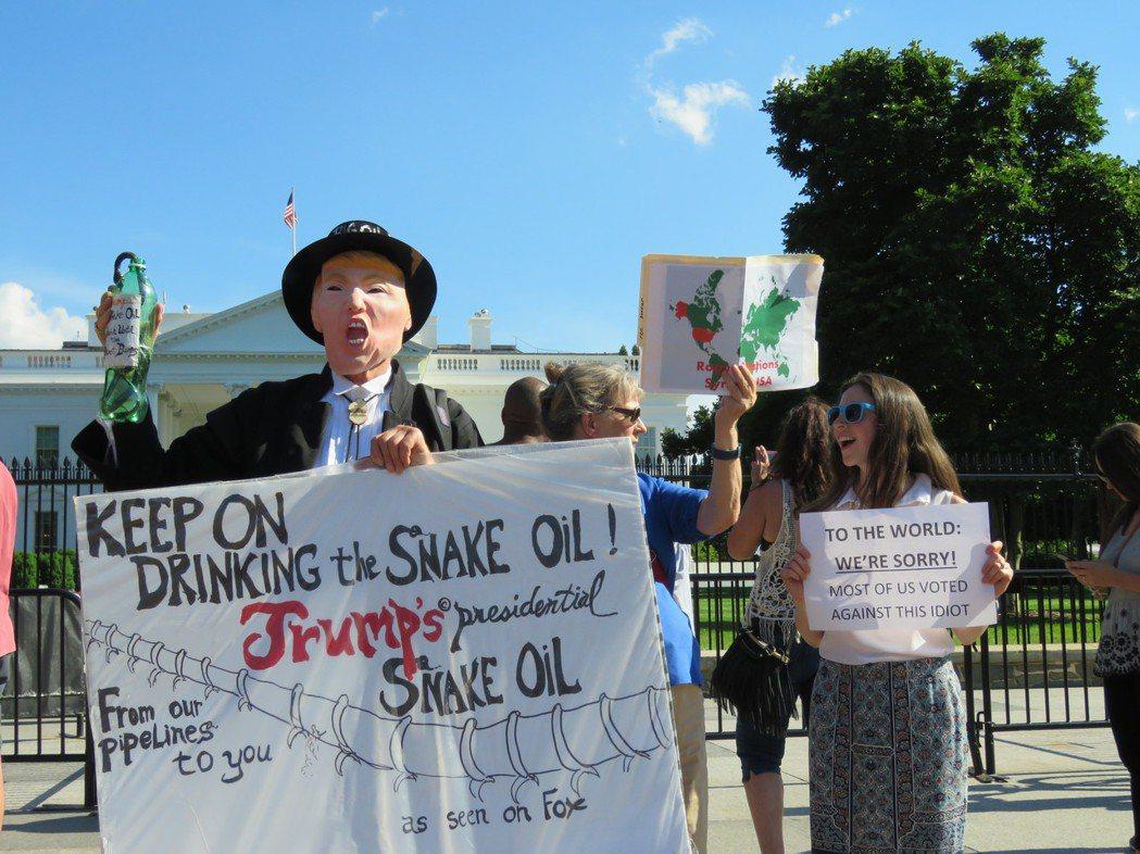 美國總統川普1日宣布退出巴黎氣候協定後,白宮外聚集抗議群眾。華盛頓記者張加/攝影