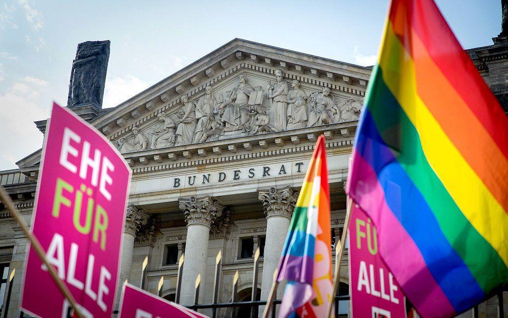目前德國幾個開放婚姻法案草案躺在國會中許久,由於國會兩大黨僵持不下,在今年會期結...