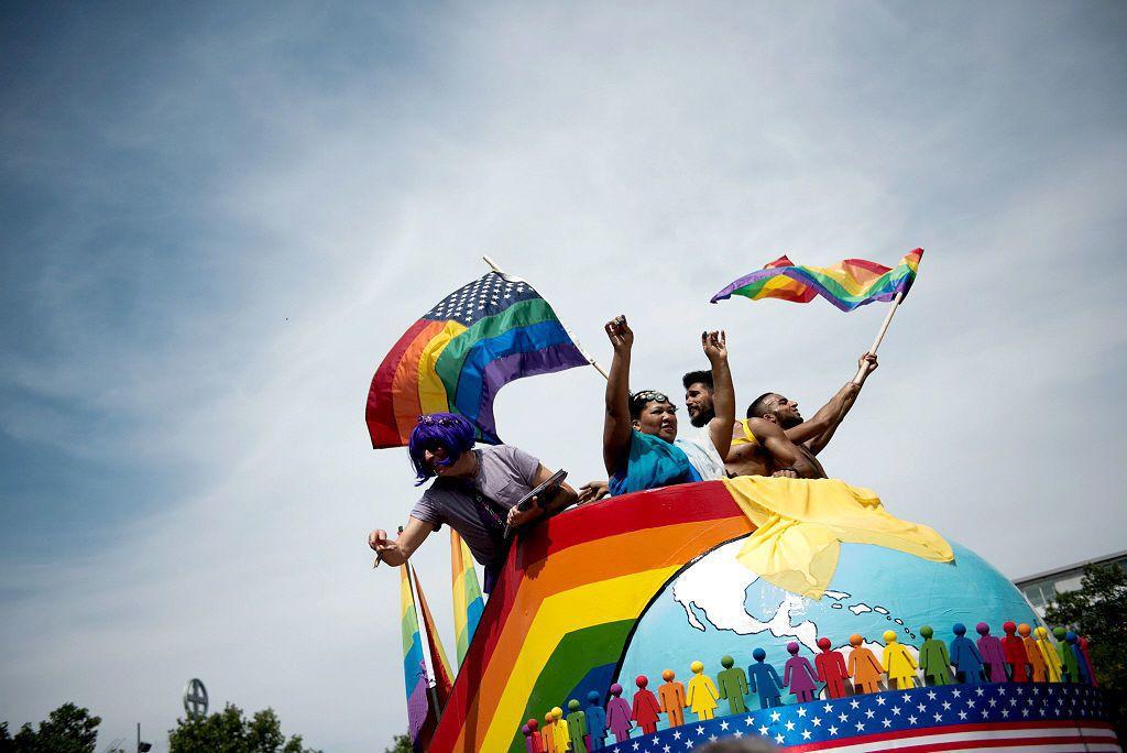 「所有人的婚姻自由權」之所以用「所有人」而非同性婚姻,是為兼顧難以與異性戀者一樣...