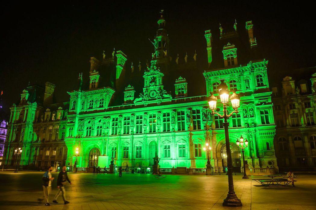 巴黎市政廳打上象徵環保的綠光,代表不認同川普退出氣候協定。 歐新社