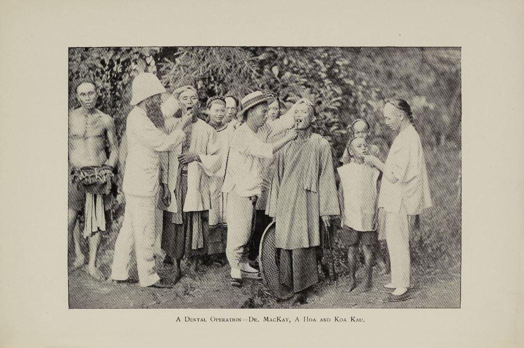 傳教士馬偕為民眾拔牙的情形。圖/國立臺灣歷史博物館蒐藏品