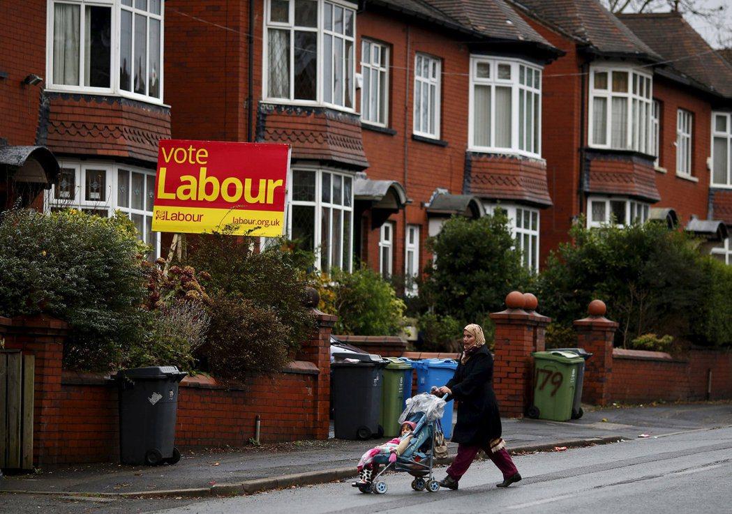 議員辦公室也會寄信提醒支持者,記得在家門口或窗戶掛上支持工黨的牌子。 圖/路...