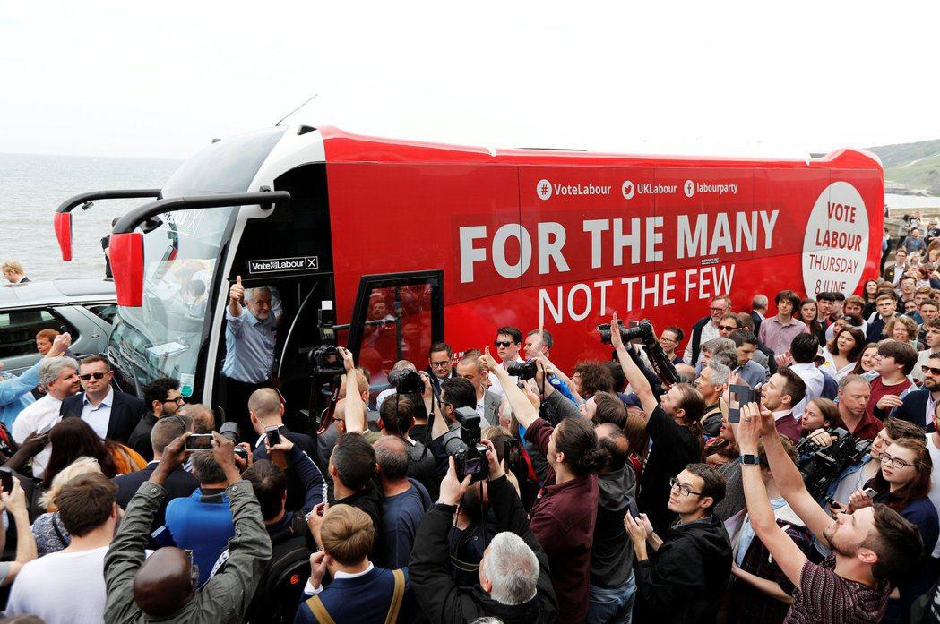 英國不流行架有大聲公叭叭響的宣傳車,但各政黨都有一台大巴,穿梭大街小巷。圖為工黨...