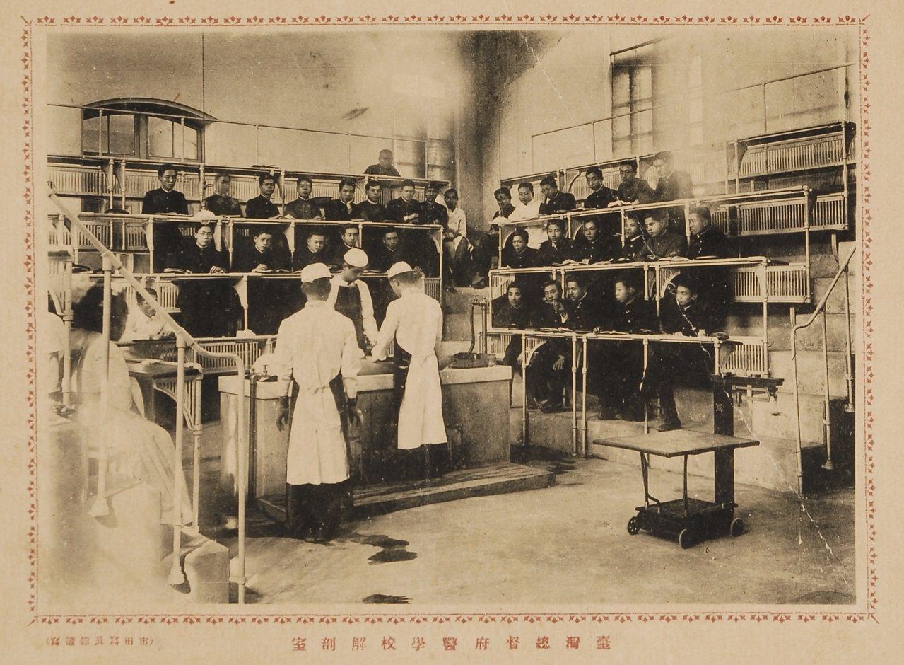 日本時代台灣的醫學教育已頗具規模。圖為總督府醫學校學生上解剖課的情形。圖/國立臺...