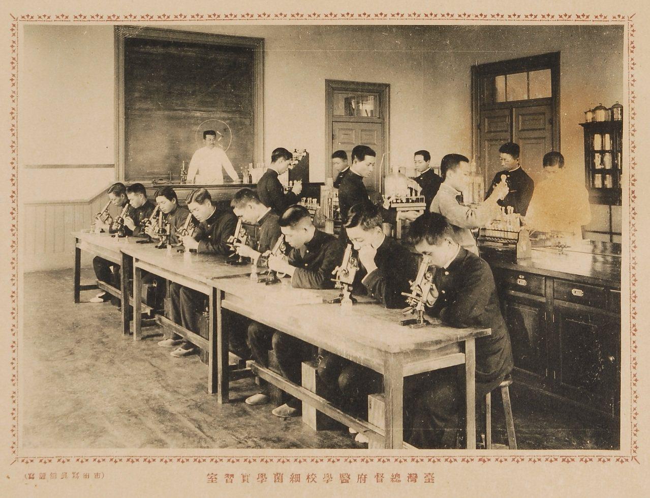 日本時代台灣的醫學教育已頗具規模。圖為總督府醫學校學生上細菌學的情形。圖/國立臺...