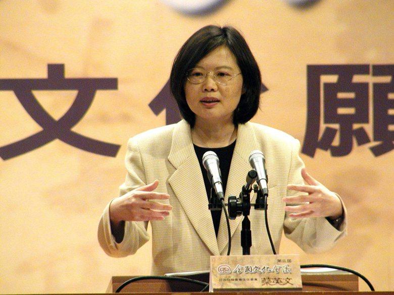 圖為2002年時任陸委會主委蔡英文,在第三屆全國文化會議中發表專題演講。 圖/聯...