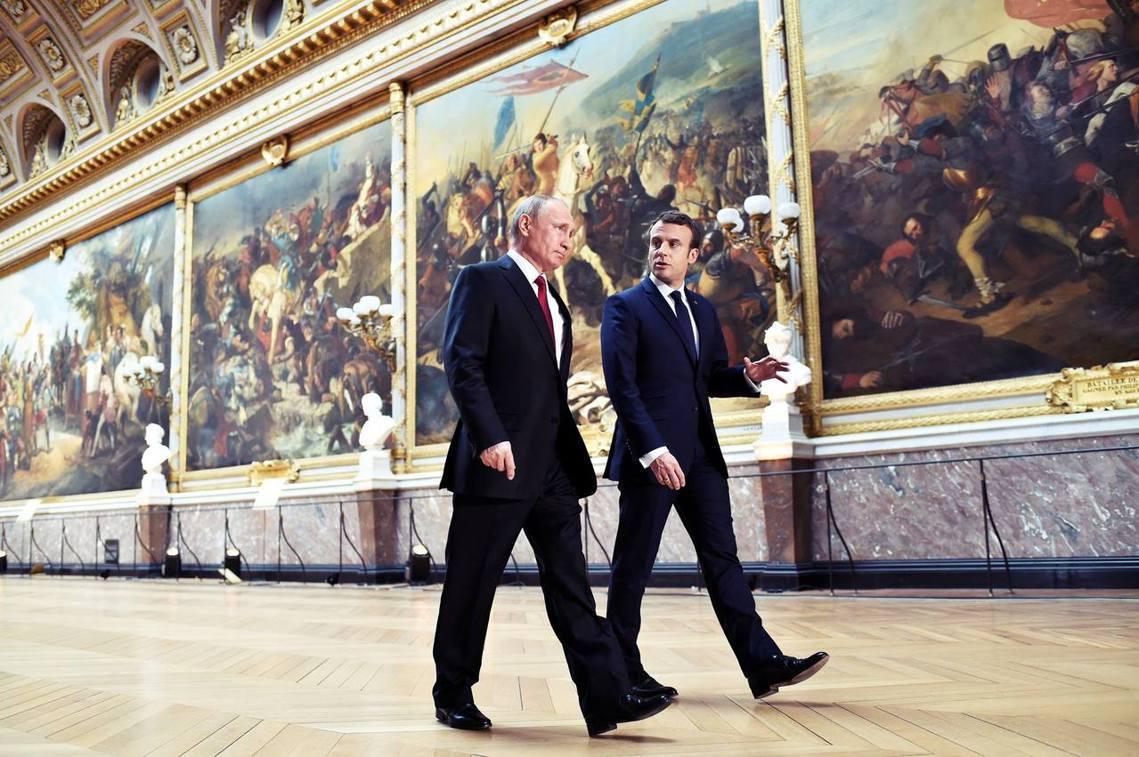 在「戰爭廳」的普丁與馬克宏,他們的正背後,則是展間的主角——由法國畫家拉利維耶爾...